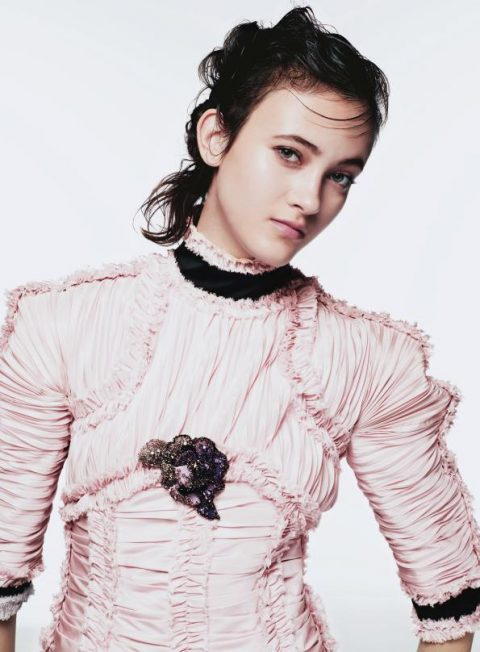 독특한 어깨 라인의 드레스는 Chane Haute Couture 제품.