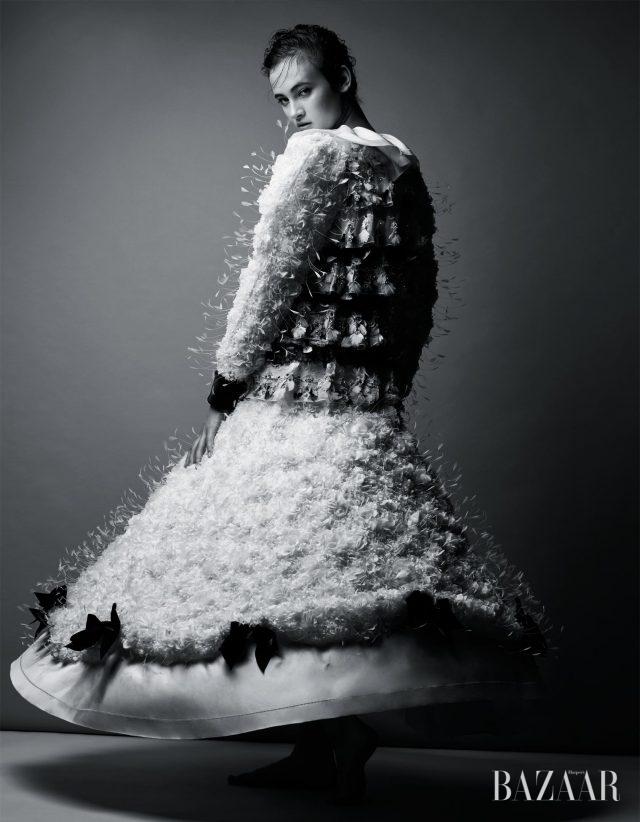 고전적인 스타일에 쿨한 감성을 더해 모던하게 해석하라. 수백 개의 깃털이 입체적으로 장식된 모노톤의 드레스는 Chanel Haute Couture 제품.