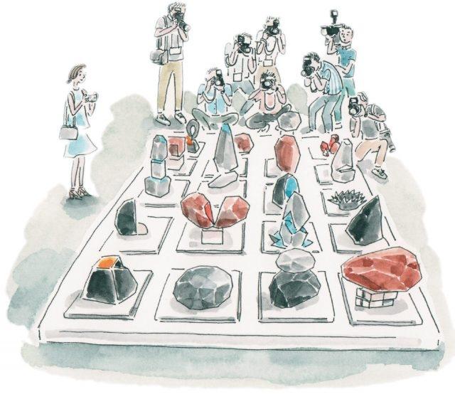 토미 스토켈이 광주 지역의 돌에서 영감을 받아 만든 '광주의 돌'. 작품 옆에 있는 QR 코드를 찍으면 역동적인 감정을 표현하는 '광주 돌' 이모티콘을 받을 수 있다.