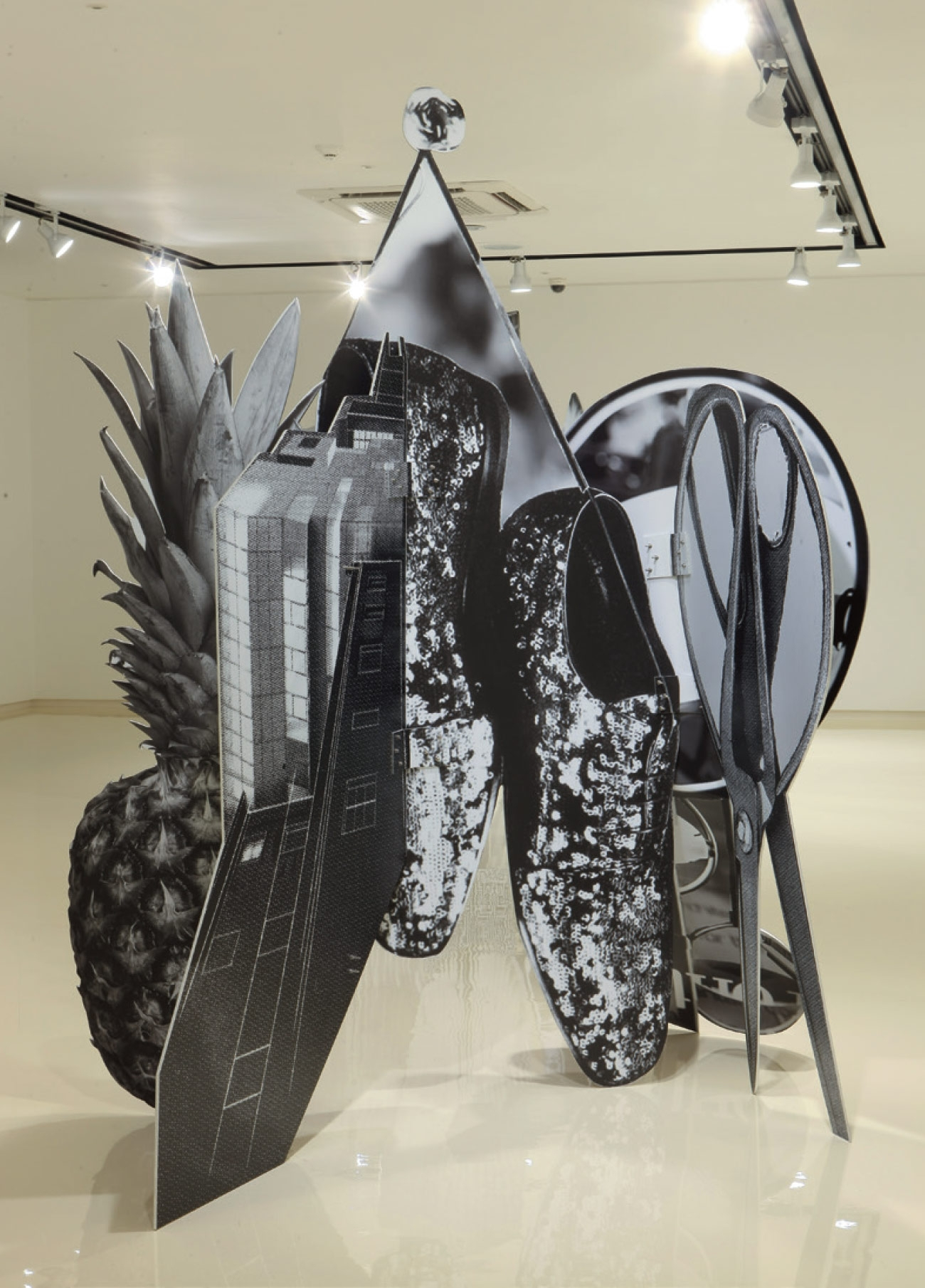 'New Structure 2 Shoes and Pineapple', Inkjet Print, Aluminum, 110(h)×180×197cm, 2014