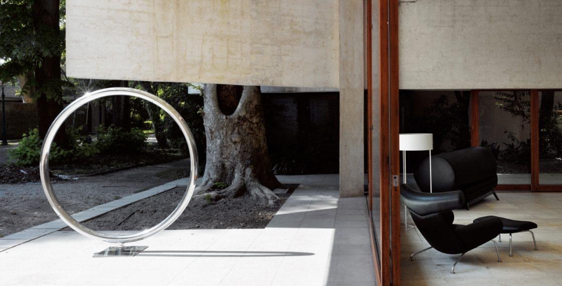 엘름그린 & 드라그셋이 큐레이션한 2009년 베니스비엔날레 북유럽관 설치 전경. 조나단 몽크(Jonathan Monk), 'Maquette for a Giant Spinning O', Aluminium, 194cm, Photo by Anders Sune Berg