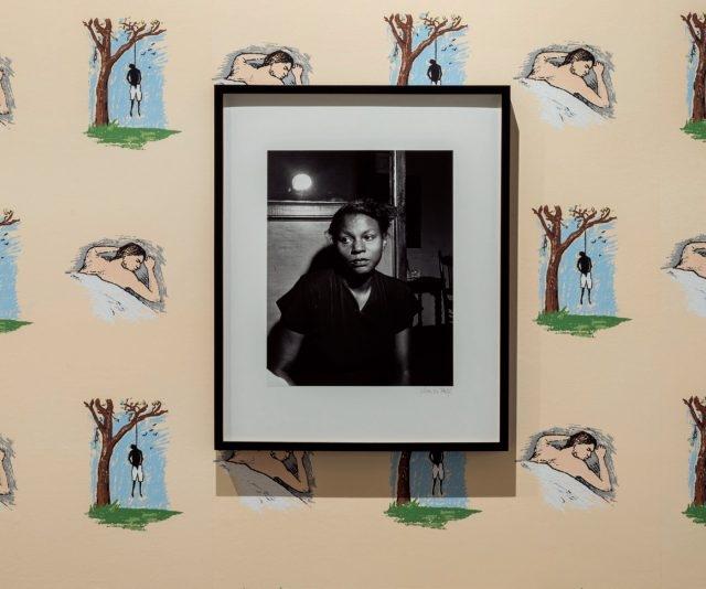 'Nonfiction' 전, 로버트 고버의 벽지를 배경으로 한 마리온 팔피의 사진 작품(Courtesy of The Museum of Contemporary Art, Los Angeles. Photo: Justin Lubline)