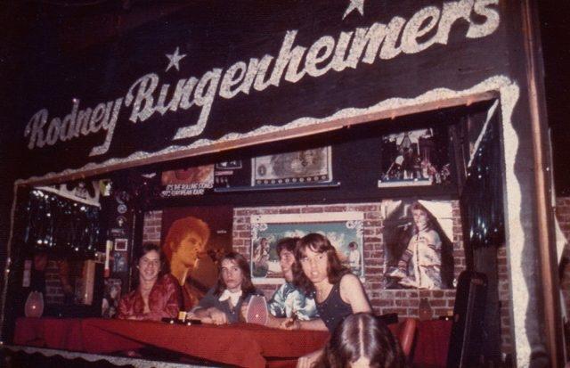 로드니 빈전하이머가 ltd 로스앤젤레스 갤러리에 클럽을 재현할 수 있도록 제공한 1970년대 빈티지 사진 (Image courtesy of Rodney Bingenheimer Shaun Cassidy with Longfellow Circa 1973)