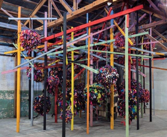 하우저 워스 & 시멜에서 열린 'Revolution in the Making: Abstract Sculpture by Women, 1947-2016'에서 필리다 발로우의 설치작품 'Untitled: Pianoframeandcover', 2014 Courtesy the artist and Hauser & Wirth. Photo: Brian Forrest)
