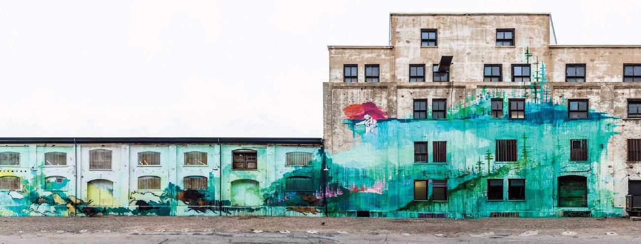 네오클래식한 입구와 대비되는 그래피티 벽화를 그대로 둔 하우저워스 & 시멜의 건물 뒤편(Courtesy Hauser & Wirth, Photo: Joshua Targownik / targophoto.com)