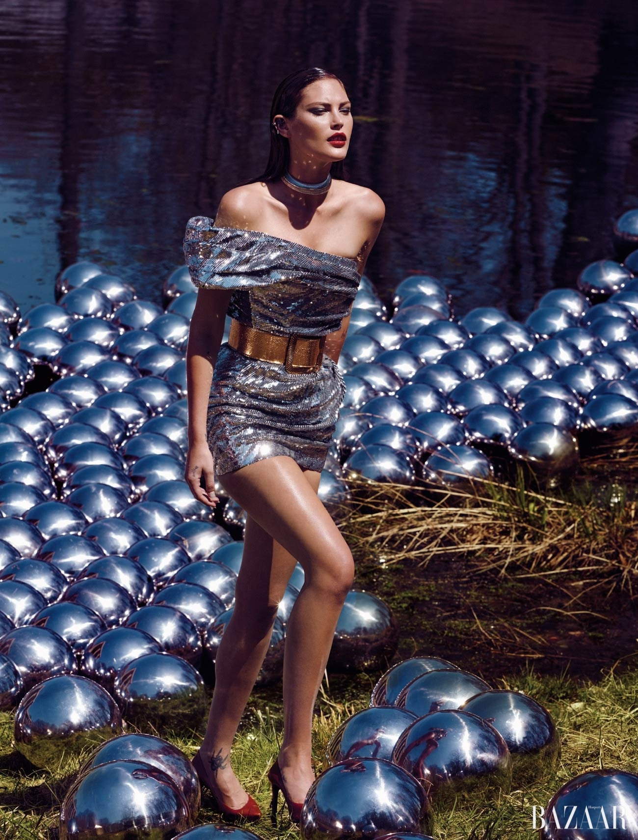 드레스, 목걸이, 벨트,  슈즈는 모두 Saint Laurent 제품.