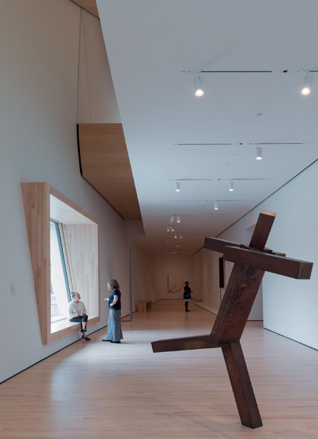 조엘 샤피로(Joel Shapiro)의 조각 작품이 있는 갤러리 공간