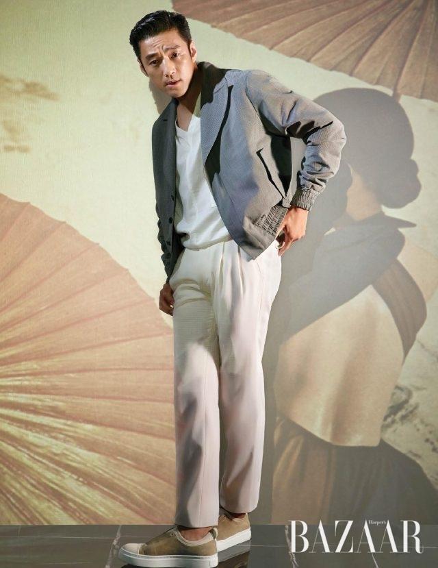 브이넥 톱은 Noirer, 보머 재킷과 팬츠는 모두 Jaybaek Couture, 슬립온은 System Homme 제품.