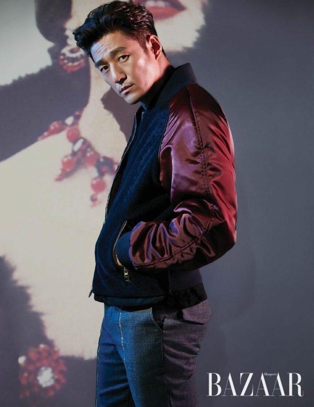 블루종은 Salvatore Ferragamo, 라이닝 디테일 팬츠는 Munn 제품.