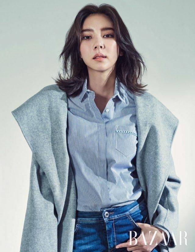 후드 형태의 코트는 1백74만원, 핀스트라이프 셔츠는 48만원, 데님 팬츠는 40만원으로 모두 Weekend MaxMara 제품.