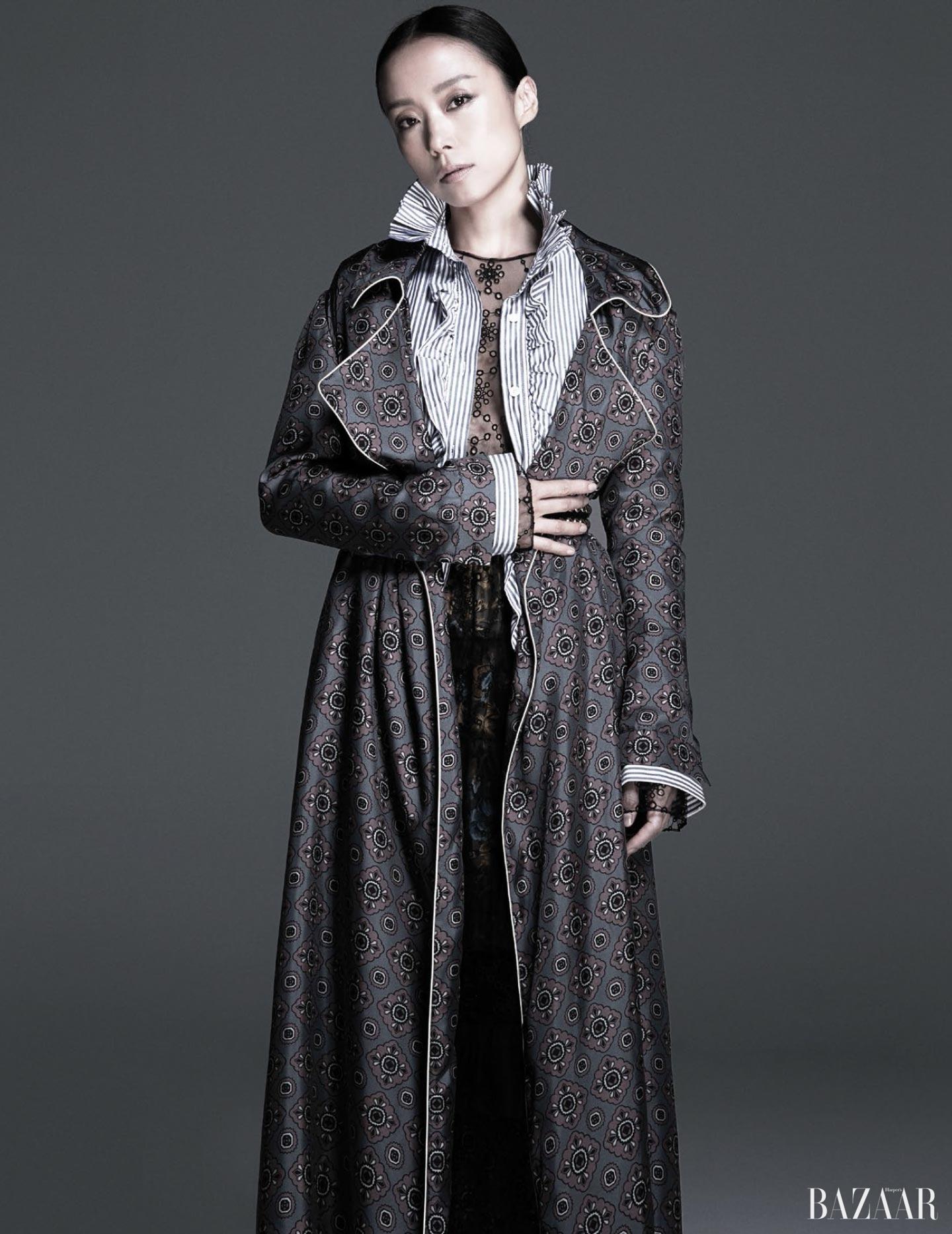 시스루 드레스, 실크 로브, 스트라이프 러플 셔츠는 모두 <strong>Burberry</strong> 제품.