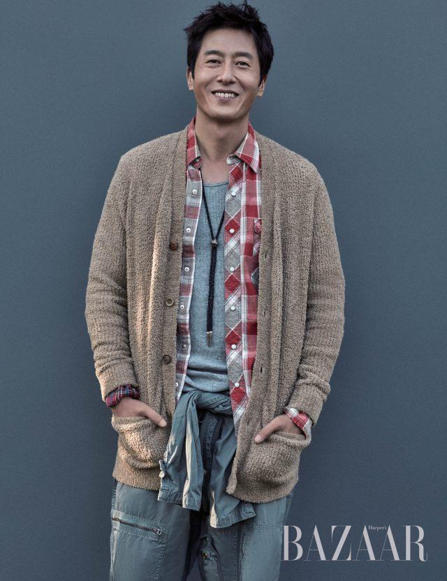 니트 카디건은 Undercover, 체크 셔츠는 Takahiromiyashita the Soloist, 빈티지 파일럿 점프수트, 목걸이는 개인 소장품으로 모두 Unused 제품 .