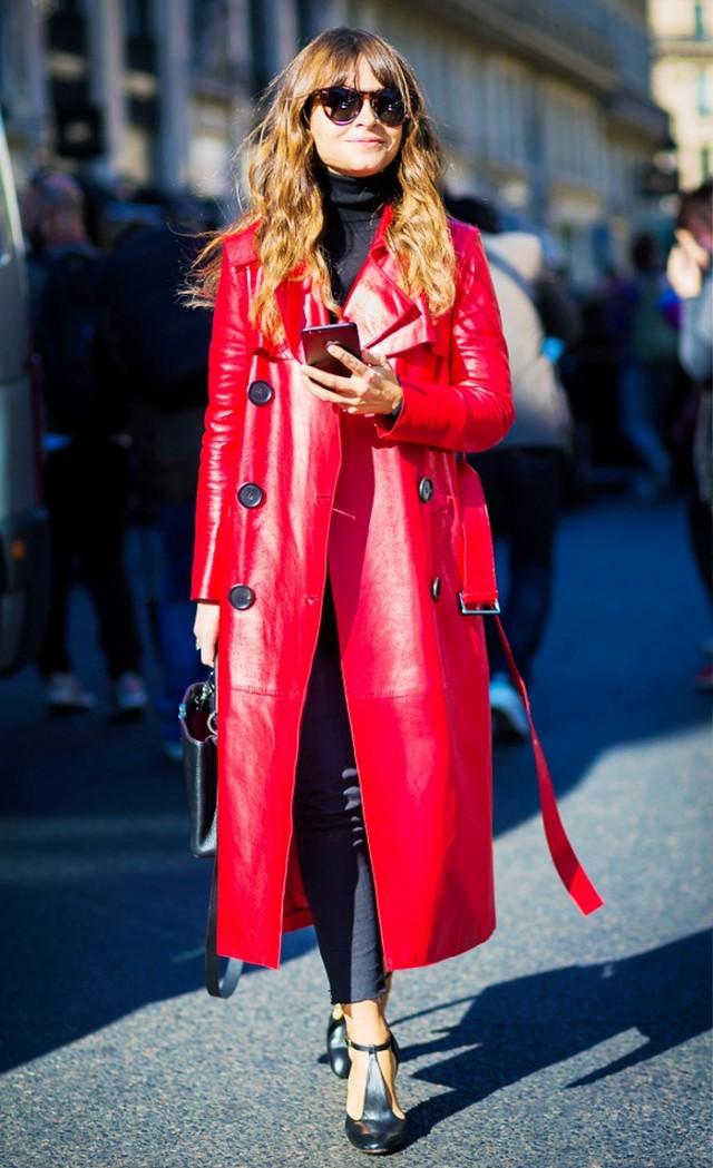 강렬한 레드 컬러코트를 입은미로슬라바 듀마