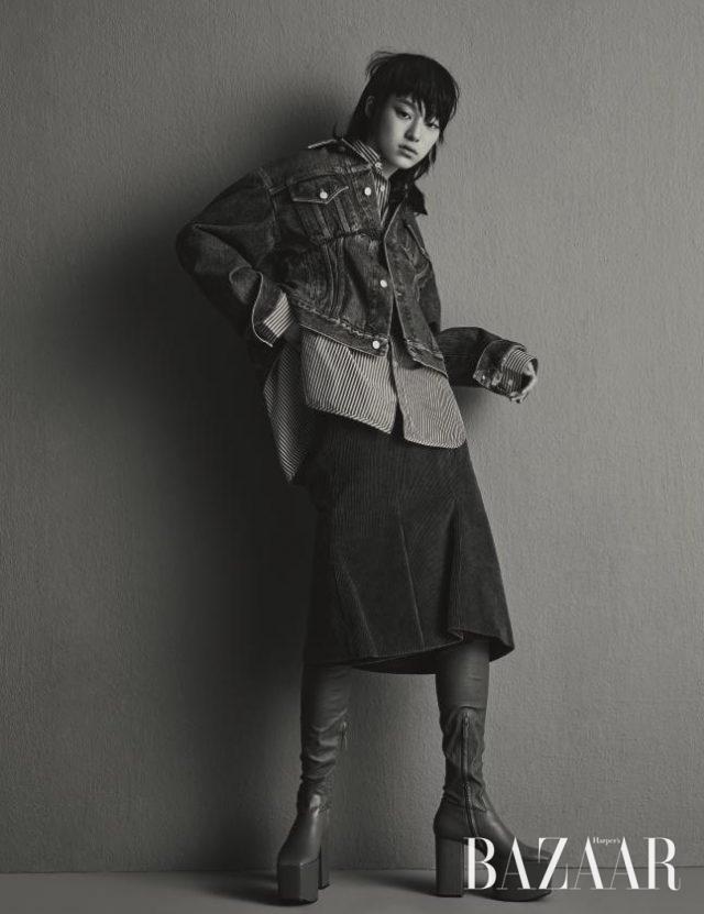 오프숄더로 연출할 수 있는 데님 재킷, 스트라이프 셔츠, 미디스커트, 플랫폼 사이하이 부츠는 모두 Balenciaga 제품.