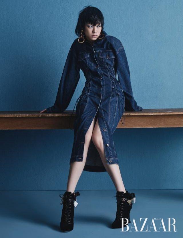 스트링으로 실루엣을 조절할 수 있는 드레스는 Stella McCartney, 볼드한 후프 귀고리는 53만원으로 Marni, 리본 장식의 레이스업 부츠는 Miu Miu 제품.