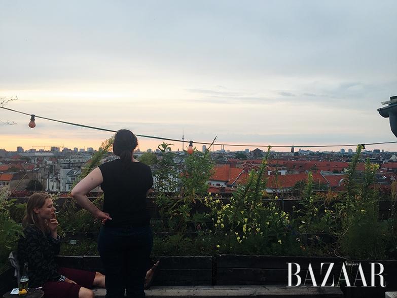 건물 옥상의 바에서 해 지는 저녁을 만끽하는 베를린의 젊음들