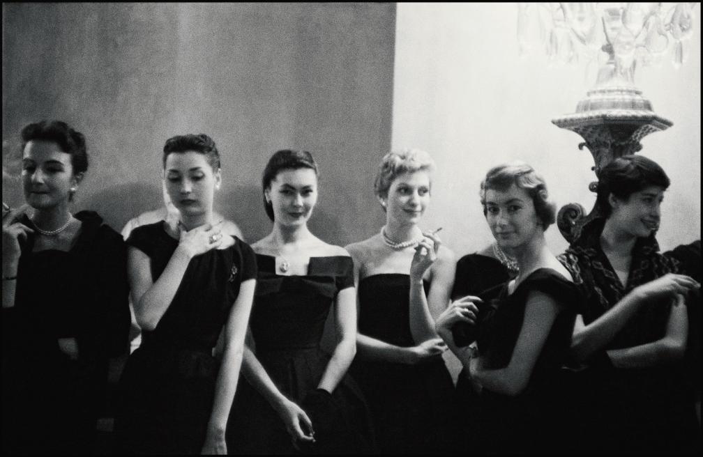1954년 블렌하임 성에서 디올 쇼를 기다리는 모델들