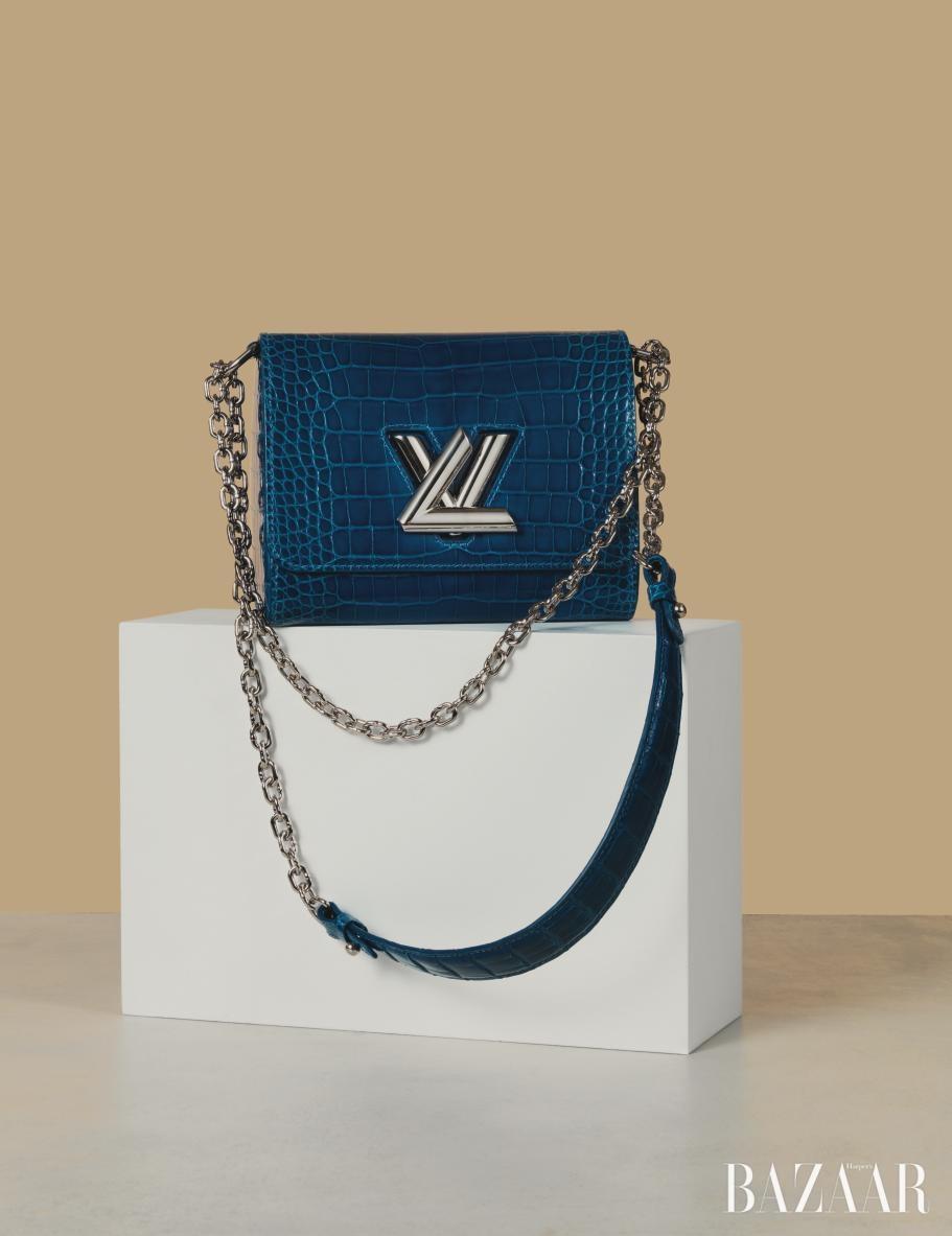볼드한 메탈 로고가 더해진 체인 백은 2천1백80만원으로 <strong>Louis Vuitton