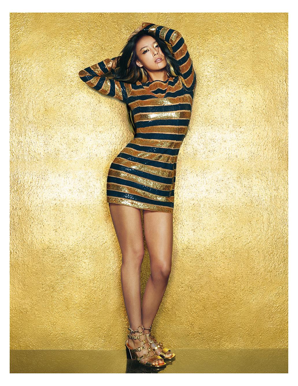 글래머러스한 스트라이프 패턴 드레스는  8백83만원대, 샌들은 1백20만원대로 모두  Michael Kors Collection 제품.