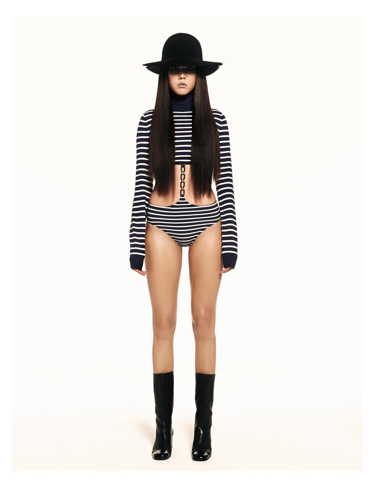 체인이 장식된 스트라이프 패턴 수영복,  터틀넥 톱, 부츠는 모두 가격 미정으로  Michael Kors Collection 제품.