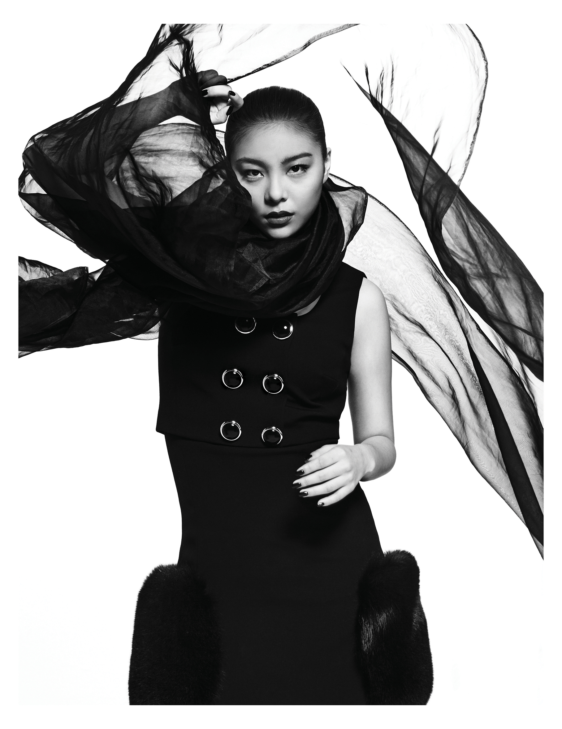 퍼 장식의  드레스는 가격 미정으로  Michael Kors Collection 제품.
