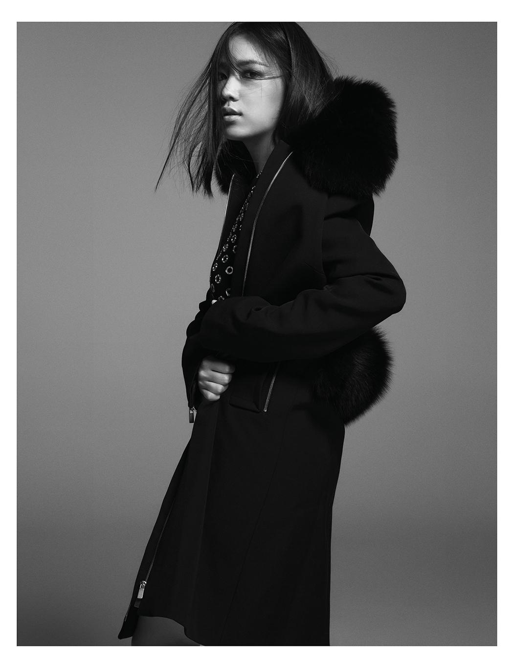 퍼가 장식된 모직 코트는 6백65만원대,  스터드 디테일의 니트 원피스는 3백50만원대로 모두 Michael Kors Collection 제품.
