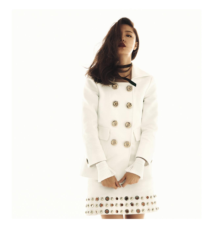 Kors Collection 제품.  오른쪽 페이지:  골드 버튼 장식의 재킷, 스커트는 모두  가격 미정으로 Michael Kors Collection 제품.