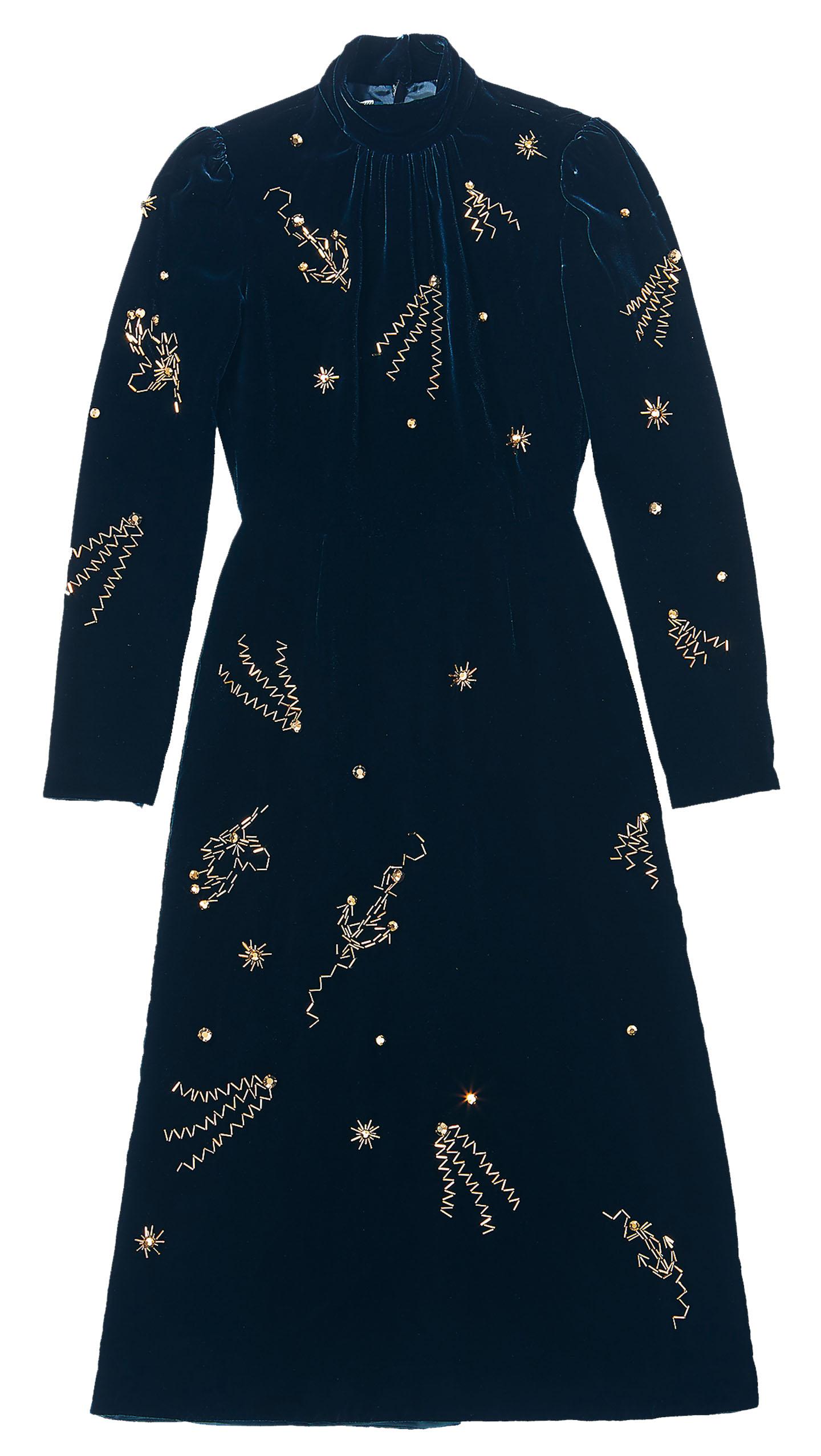 밤하늘의 별을 연상시키는 벨벳 드레스는 가격 미정으로 <strong>Prada</strong>