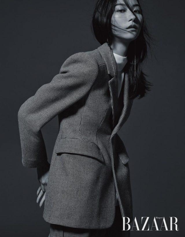 구조적인 디자인의 재킷, 블라우스는 모두 Balenciaga, 팬츠는 1백24만원으로 Balenciaga by BOONTHESHOP,