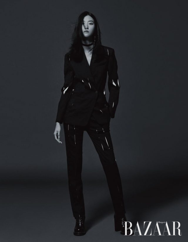 컷아웃 디테일의 재킷과 팬츠는 가격 미정, 귀고리는 90만원대, 청키한 부츠는 1백만원대로 모두 Louis Vuitton 제품.