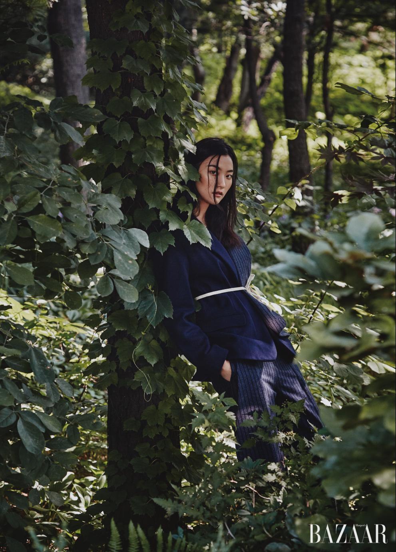해체주의적인 디자인의 재킷은 1백30만원대로 Jacquemus by Mue, 스트라이프 팬츠는 77만원으로 Jacquemus by BOONTHESHOP 제품.