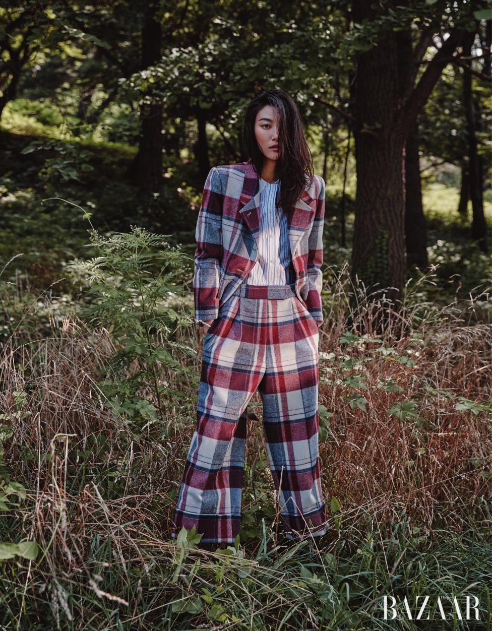 볼드한 체크 패턴의 재킷, 팬츠, 스트라이프 셔츠는 모두 Thom Browne 제품.