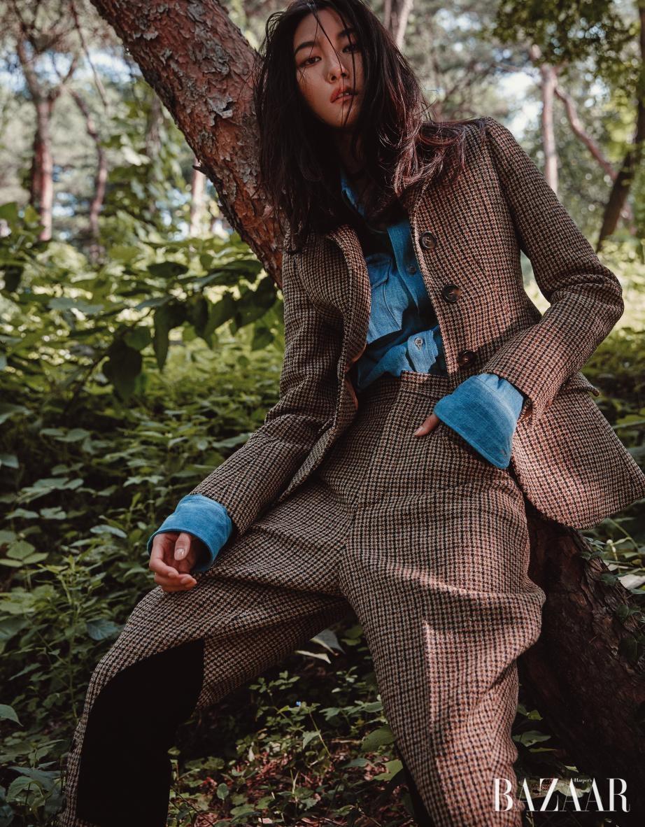 하운드투스 체크 패턴의 재킷은 3백30만원대, 데님 셔츠는 70만원대, 팬츠는 1백50만원대로 모두 Miu Miu 제품.