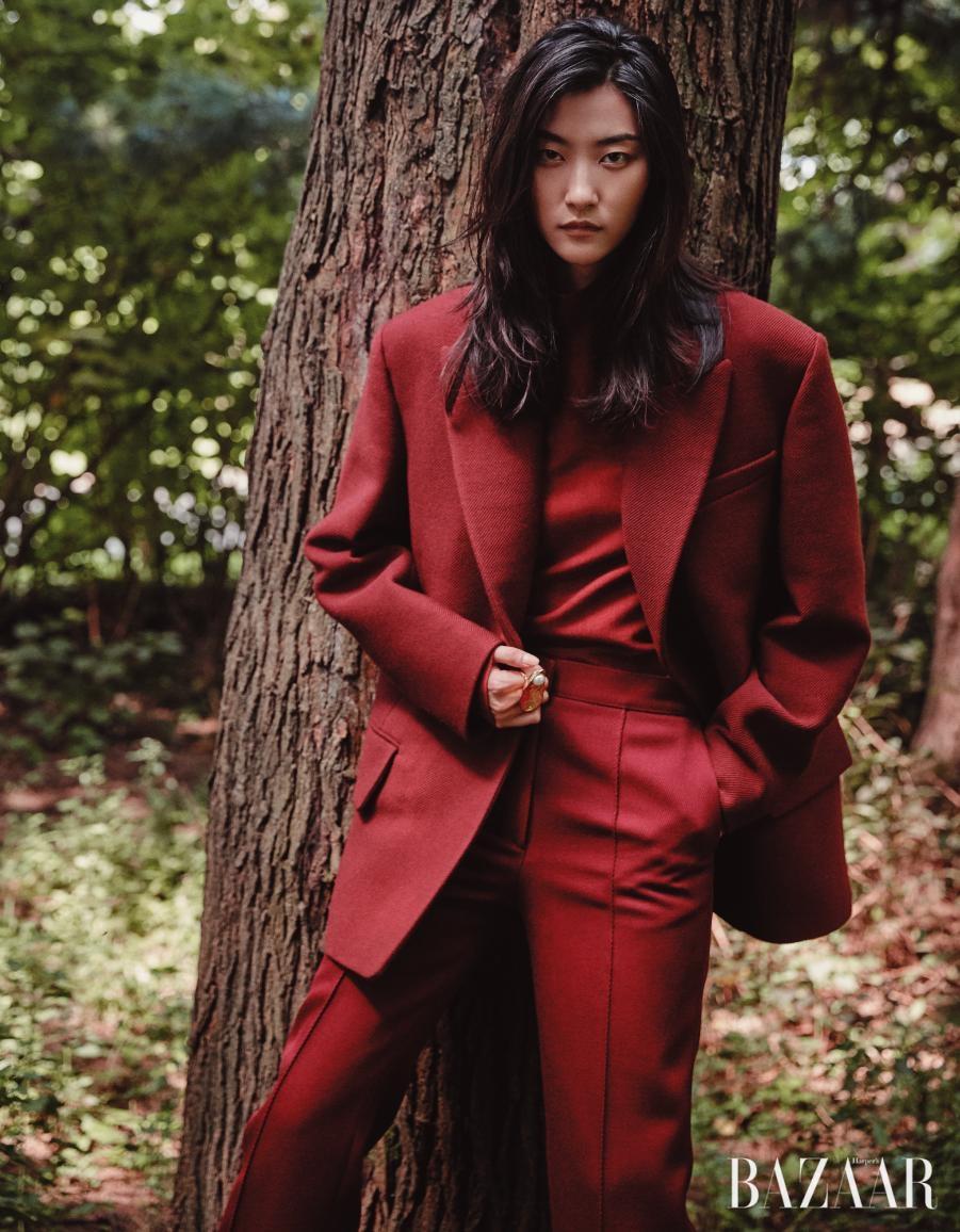 매니시한 실루엣의 재킷, 터틀넥 톱, 팬츠는 모두 Céline, 조개 모티프의 진주 반지는 Balenciaga 제품.