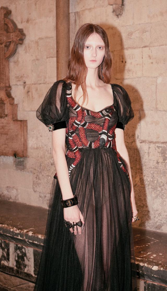고스풍의 시스루 드레스와 스마트 워치의 만남