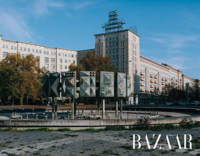 그녀 집 앞 슈트라우스베르거 광장의 1960년대 조형물, 칼 막스 알레의 아이콘이기도 하다