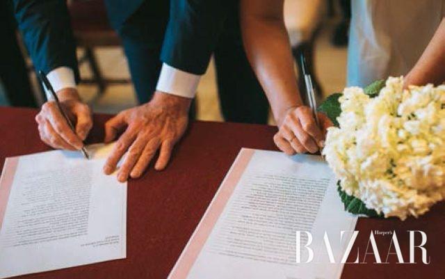 혼인 서약서에 사인함으로써 우리는 부부가 되었다.