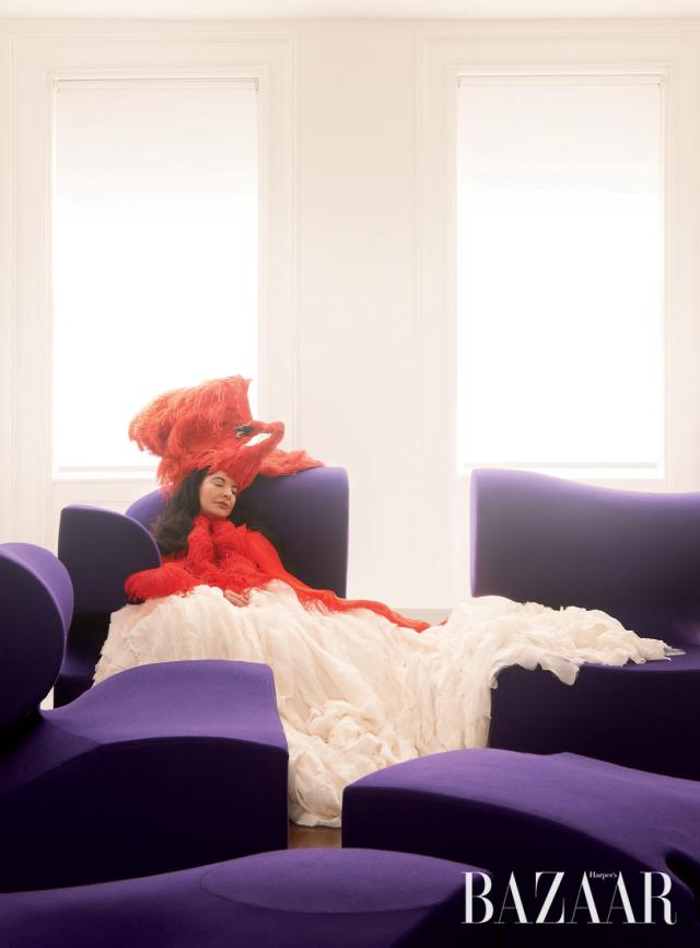 2012년 자신의 뉴욕 타운하우스에서 포즈를 취한 아티스트