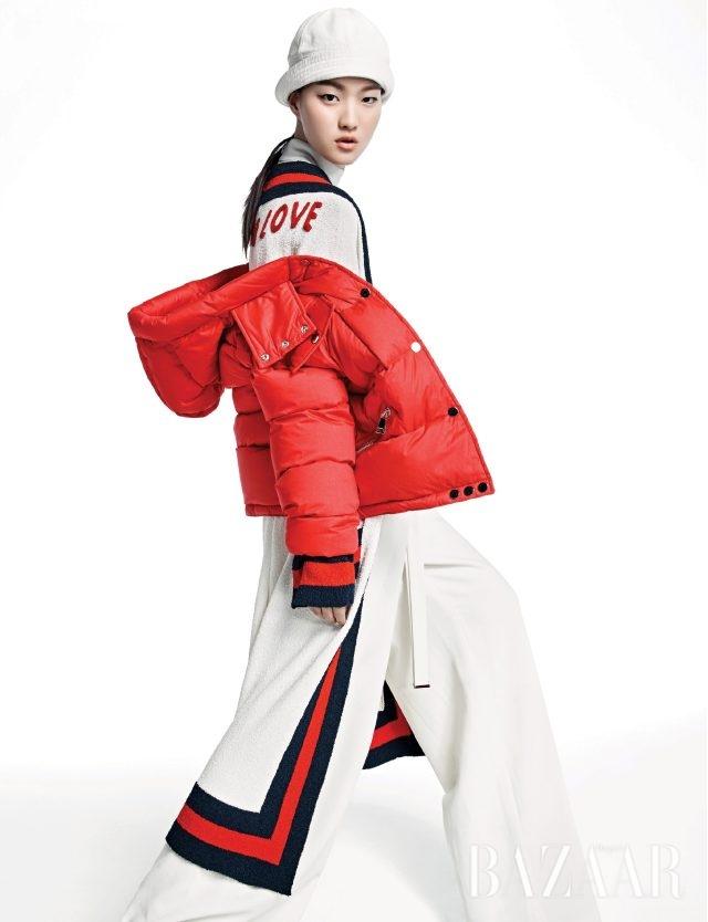 스트라이프 패턴과 과장된 실루엣의 만남. 다운 재킷은 2백60만원으로 Moncler, 웹 스트라이프 가운은 5백98만원으로 Gucci. 슬리브리스 톱은 가격 미정, 리본 디테일의 와이드팬츠는 1백89만원으로 모두 Proenza Schouler. 해군 모자는 40만원대로 Prada 제품.