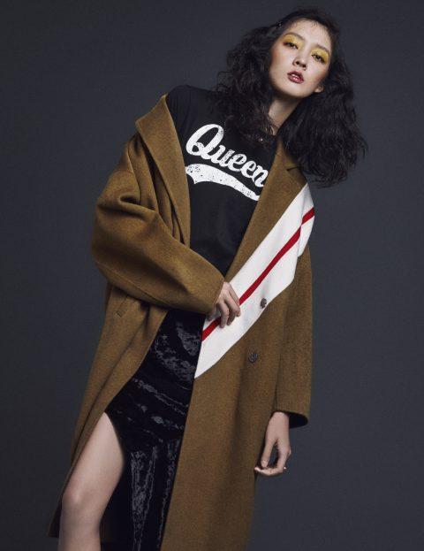 사선 스트라이프 패턴으로 포인트를 준 코트는 1백10만원, 티셔츠는 12만원, 언밸런스한 벨벳 스커트는 32만원으로 모두 YCH, 핑크 진주 너클 반지는 가격 미정으로 Mzuu 제품.