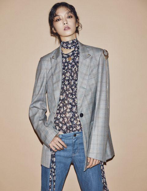 피어싱 디테일의 체크 재킷은 42만8천원, 플로럴 패턴 블라우스는 18만9천원, 데님 팬츠는 21만8천원으로 모두 Moontan 제품.