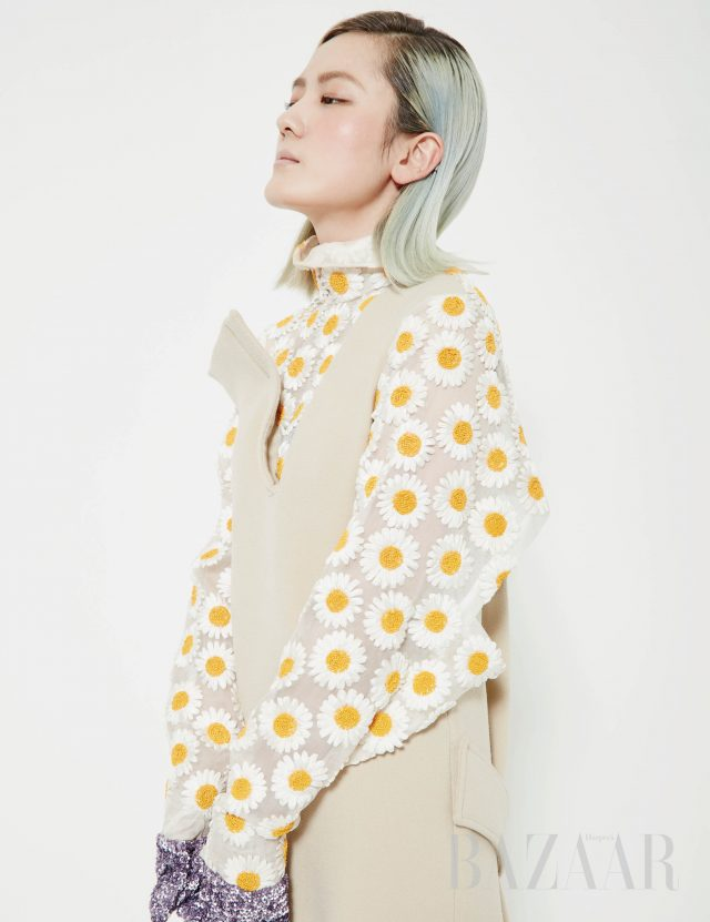 드레스는 Jade Cho 제품.