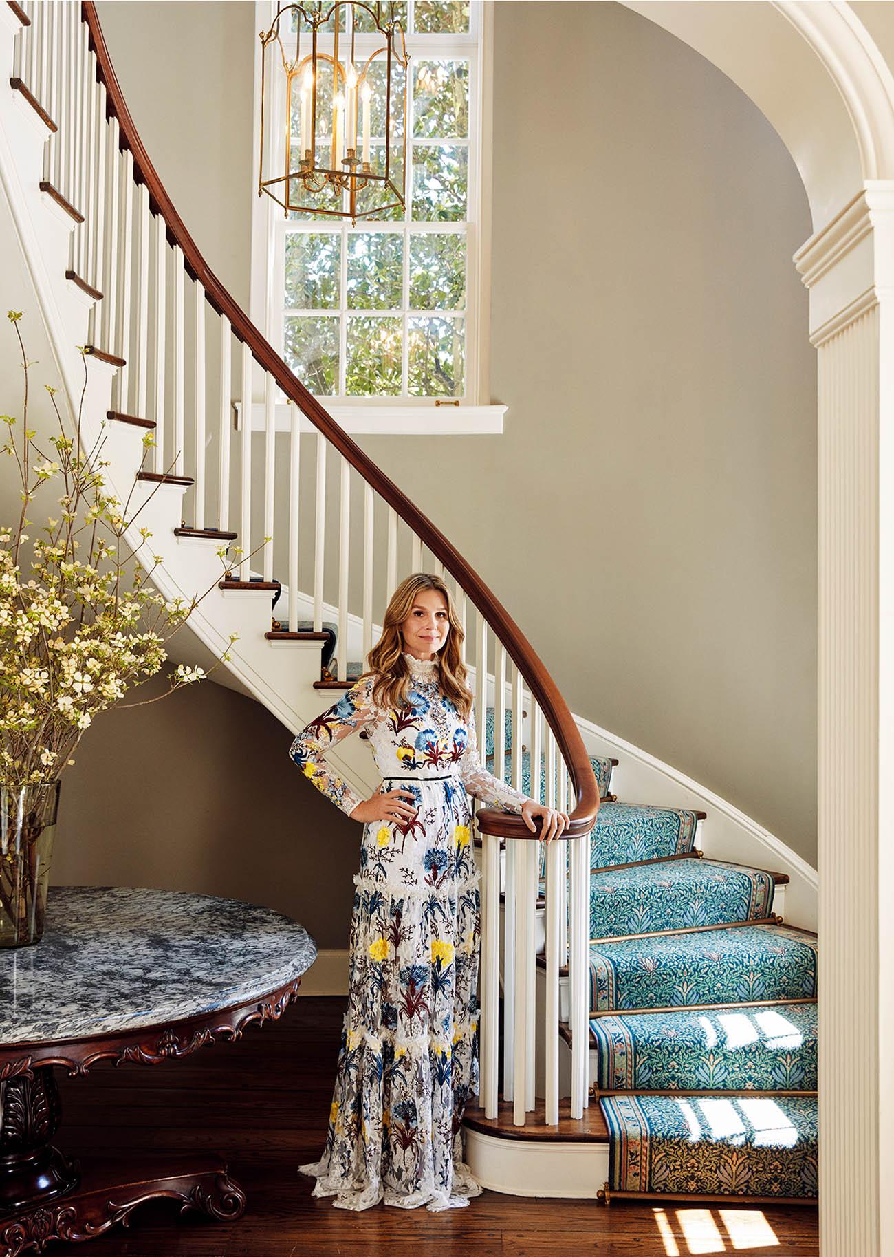 웅장한 내선형 계단 앞에선 에어린 로더. 드레스는 약 $12907로 <strong>Erdem</strong> 제품.