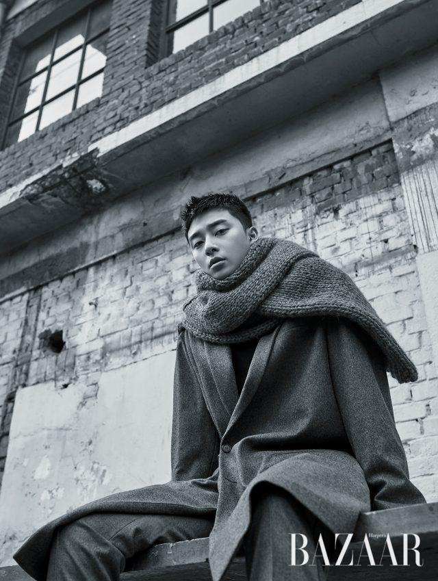 코트는 Marni by Mue, 팬츠는 Juun.J, 슈즈는 Jimmy Choo, 머플러로 연출한 니트는 Kimseoryong Homme 제품.