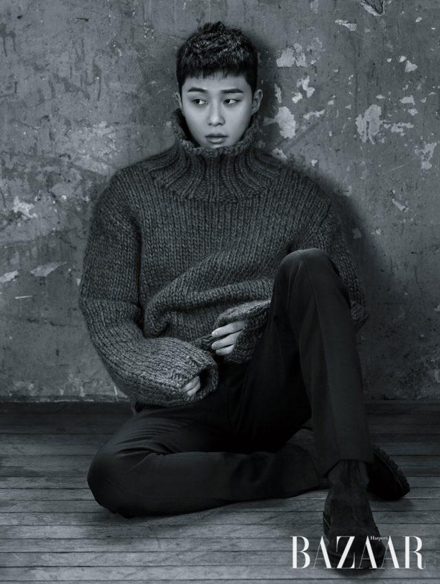 터틀넥 니트는 Kimseoryong Homme, 팬츠는 Lanvin, 슈즈는 Solid Homme 제품.