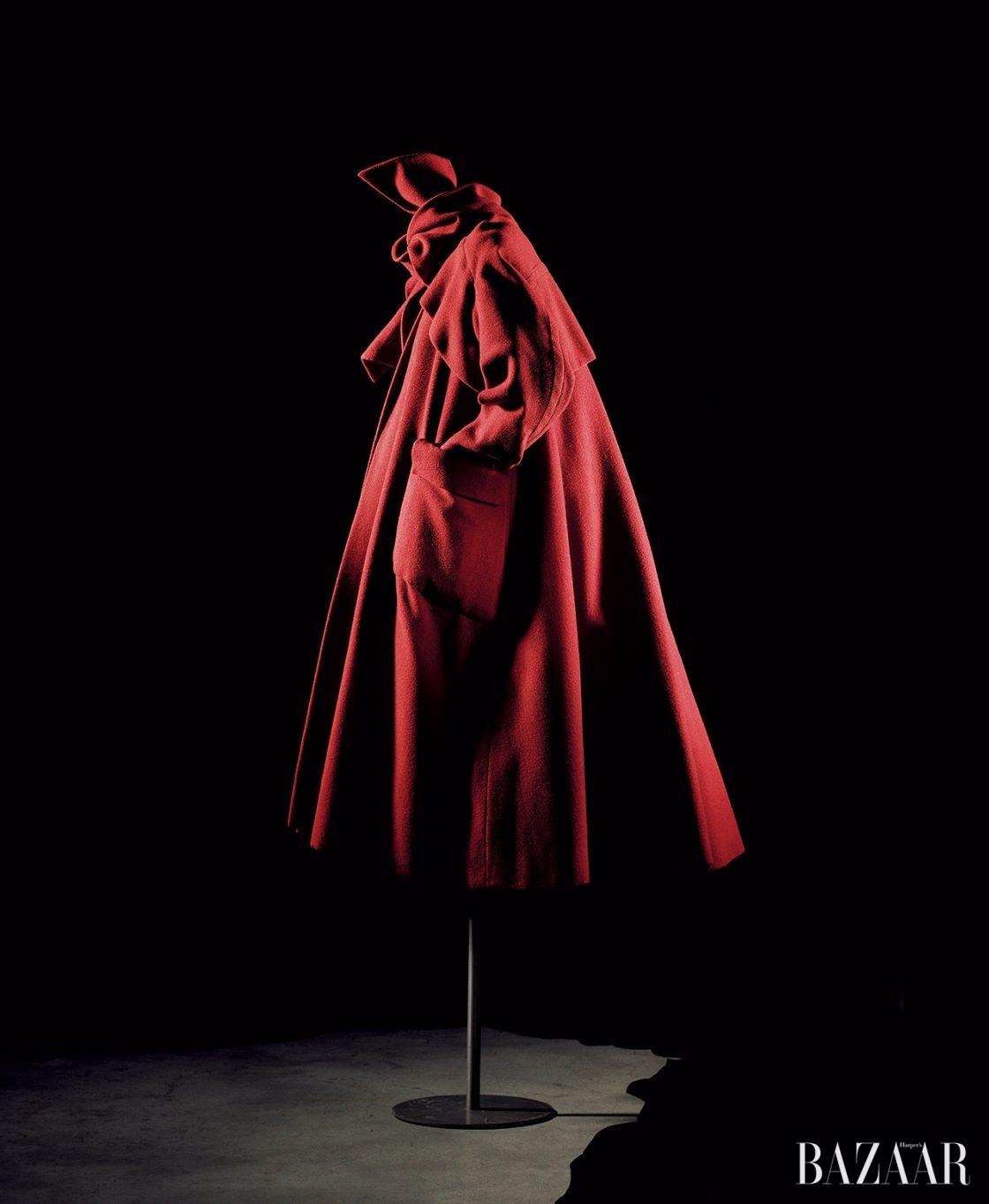 엠버 레드 울 소재의 여행용 코트 '애리조나(Arizona)', 1948 F/W 오트 쿠튀르 아일리(Ailee) 라인. 디올 헤리티지 컬렉션.