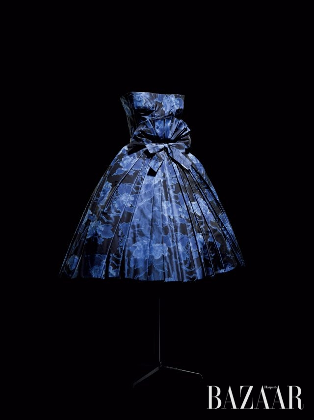 딥블루 실크 태피터 소재의 쇼트 이브닝 드레스 '에방타유(Eventail)'와 플리츠 디테일의 뷔스티에. 1956 F/W 오트 쿠튀르, 에머(Aimant) 라인. 메트로폴리탄 미술관 컬렉션. 뮤리얼 랜드(Muriel Rand) 부인이 기증했다.