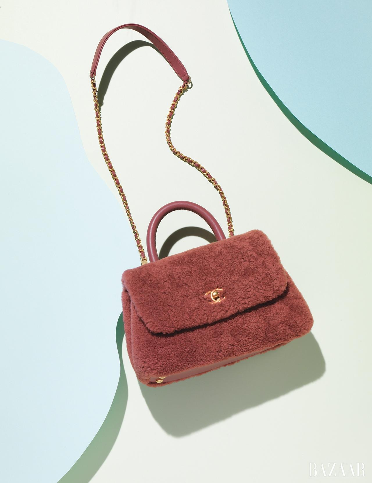 체인 디테일의 로고 장식 토트백은 가격 미정으로 Chanel
