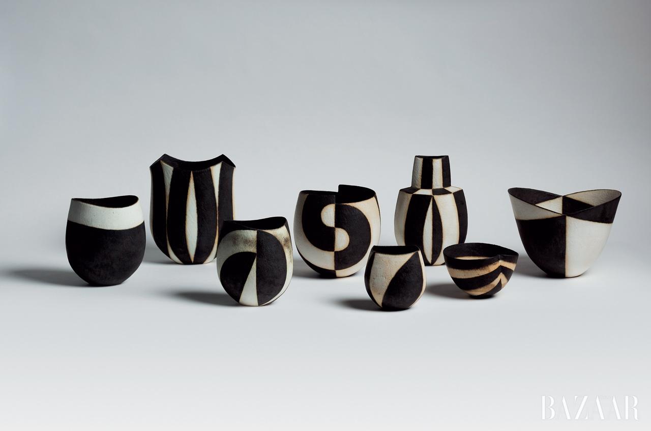 존 워드의 블랙 & 화이트 도자기 작품