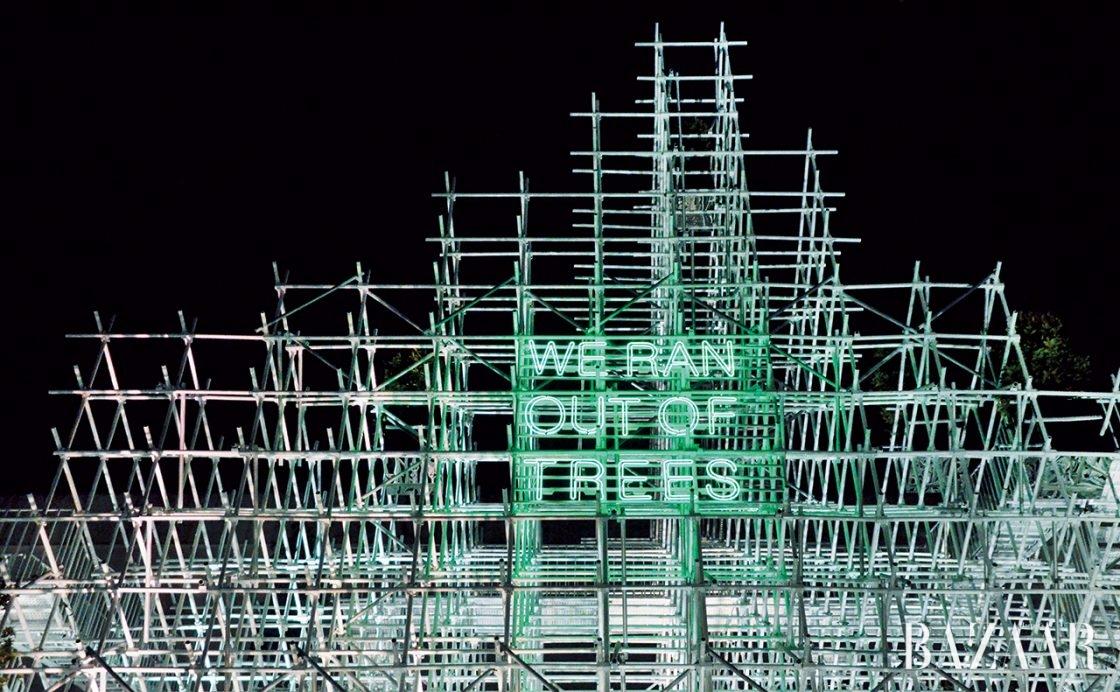 'We Ran Out of Trees'라는 슬로건을 밝힌 상하이 프로젝트의 파빌리온